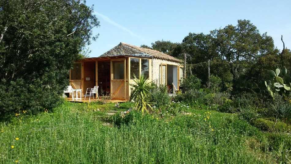 het natuurhuisje en de tuin