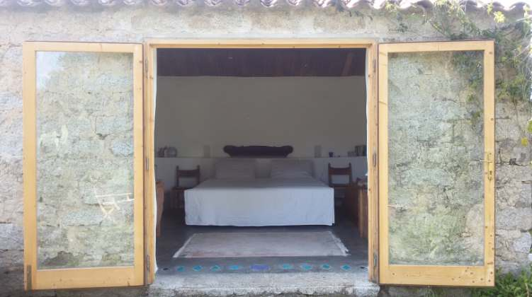 in de slaapkamer staat uw bed gespreid